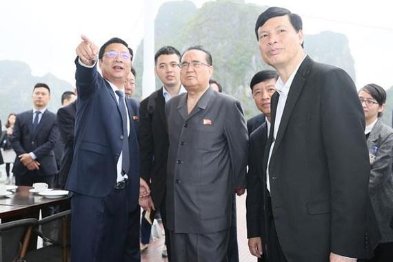 Ông Nguyễn Văn Đọc, Bí thư Tỉnh ủy, Chủ tịch HĐND tỉnh giới thiệu Vịnh Hạ Long với lãnh đạo phái đoàn Triều Tiên.
