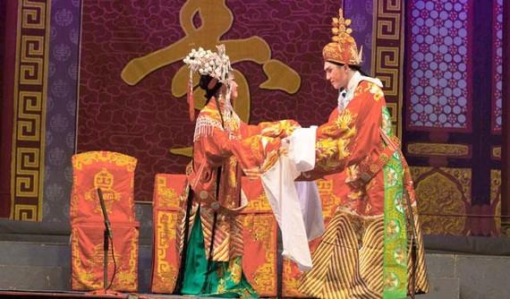 Nghệ sĩ Đoàn 2 Viện Triều kịch Quảng Đông biểu diễn lôi cuốn khán giả trong trích đoạn Chiêu Thân