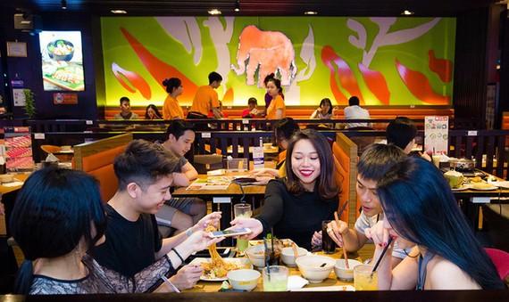 Các trung tâm thương mại đa chức năng đang hút khách. Trong ảnh: khách hàng tại khu ẩm thực một trung tâm thương mại ở TP.HCM - Ảnh: B.CHI
