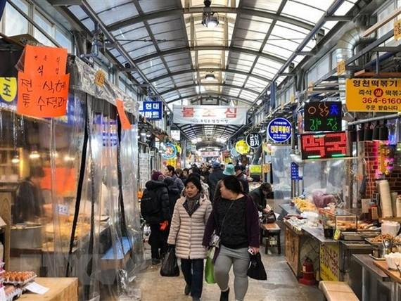 Người dân Hàn Quốc mua sắm chuẩn bị cho dịp nghỉ lễ Tết Nguyên Đán Kỷ Hợi 2019 tại thủ đô Seoul ngày 29/1/2019. (Ảnh: THX/TTXVN)