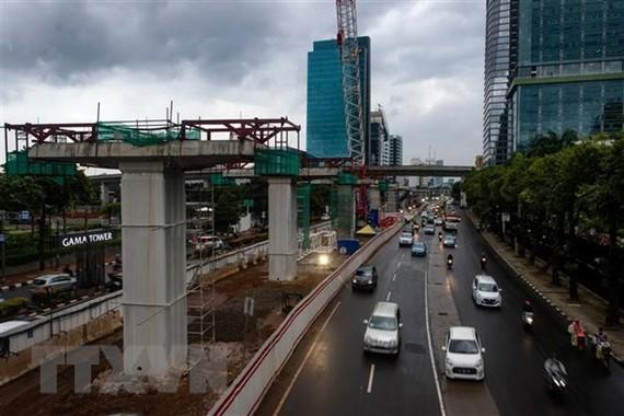 Công trình xây dựng dự án đường sắt nhẹ ở Jarkata, Indonesia. (Nguồn: AFP/ TTXVN)