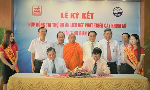 Lễ ký kết hợp đồng tài trợ dự án liên kết sản xuất cây khoai mì huyện Tịnh Biên.