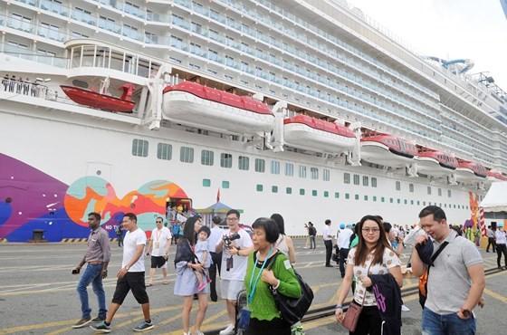 Du khách đến tham quan, mua sắm tại TPHCM bằng tàu biển. Ảnh: CAO THĂNG