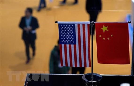 Cờ Mỹ (trái) và cờ Trung Quốc (phải) tại một gian hàng ở Triển lãm nhập khẩu quốc tế Trung Quốc ở Thượng Hải, ngày 6/11/2018. (Ảnh: AFP/ TTXVN)