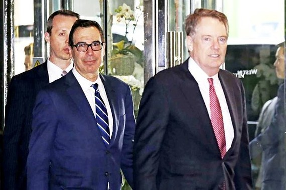 Đại diện Thương mại Robert Lighthizer (phải) và Bộ trưởng Tài chính Mỹ Steven Mnuchin (giữa) đến Bắc Kinh ngày 28-3. Ảnh: AP