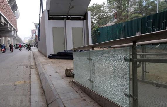 Nhiều tấm kính chưa đưa vào sử dụng đã bị nứt vỡ tại nhà ga Thái Hà. (Ảnh: Huy Hùng/TTXVN)