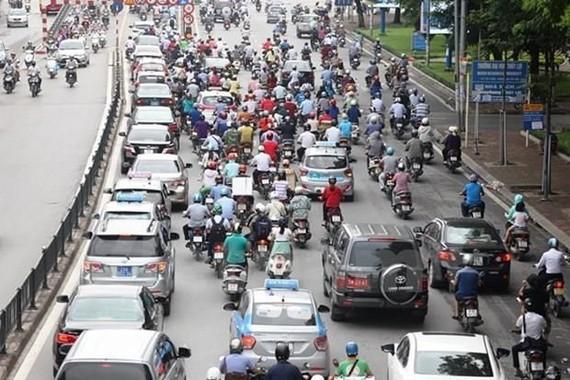 Xe máy vẫn là phương tiện đi lại chủ đạo của người dân ít nhất trong thời gian tới. (Ảnh: Doãn Đức/Vietnam+)