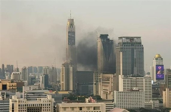Khói bốc lên tại hiện trường vụ cháy trung tâm thương mại Central World ở Bangkok, Thái Lan ngày 10/4/2019. (Ảnh: Orchidmo/TTXVN)