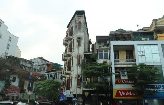 """Những ngồi nhà """"siêu mỏng, siêu méo"""" trên phố Tôn Đức Thắng, quận Đống Đa, Hà Nội. (Ảnh: Minh Nghĩa/TTXVN)"""