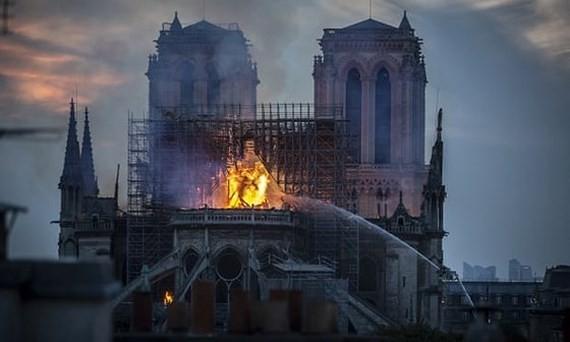 Lực lượng cứu hỏa nỗ lực dập lửa Nhà thờ Đức Bà Paris