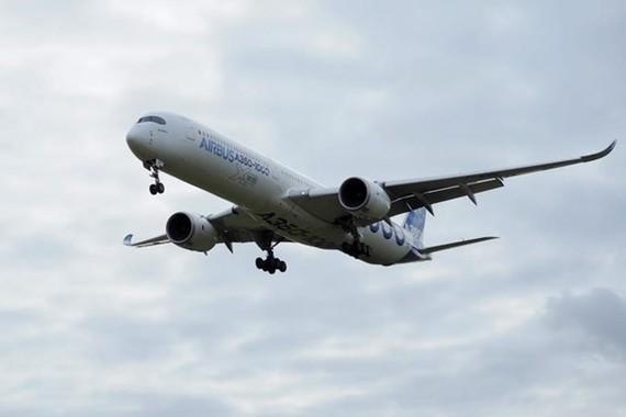 Máy bay A350-1000 của hãng Airbus thực hiện chuyến bay thử nghiệm. (Ảnh: AFP/TTXVN)