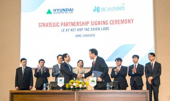 Hòa Bình và Hyundai Elevator bắt tay hợp tác chiến lược