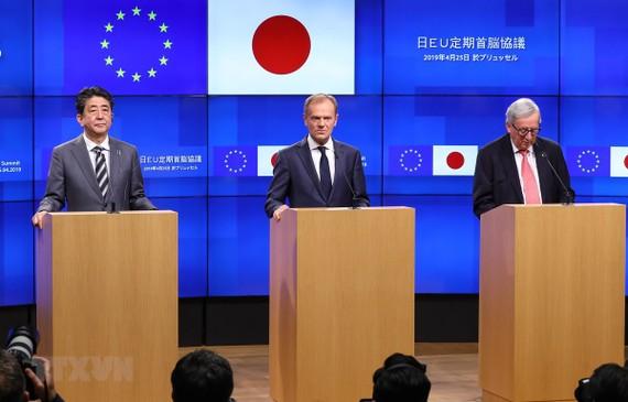 Thủ tướng Nhật Bản Shinzo Abe, Chủ tịch Hội đồng châu Âu Donald Tusk và Chủ tịch Ủy ban châu Âu Jean-Claude Juncker trong cuộc họp báo sau Hội nghị thượng đỉnh Nhật Bản-EU tại Brussels (Bỉ) ngày 25/4/2019. (Ảnh: THX/TTXVN)