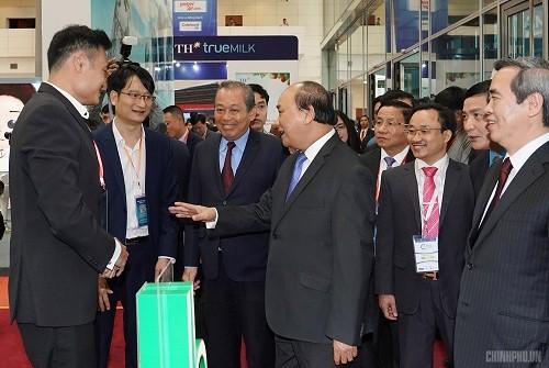 Thủ tướng tham quan triển lãm của các doanh nghiệp tư nhân - Ảnh: VGP/Quang Hiếu