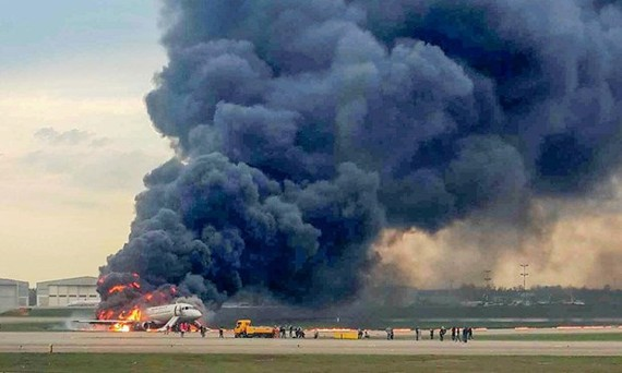 Máy bay chở khách Nga bốc cháy khiến 13 người thiệt mạng