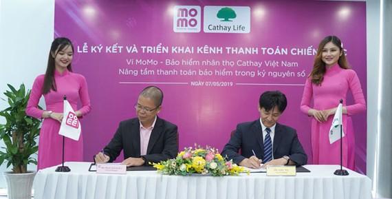 Ông Phạm Thành Đức – Tổng giám đốc Ví điện tử MoMo và ông Eric Wu – Phó tổng giám đốc Cathay Việt Nam tại buổi lễ ký kết