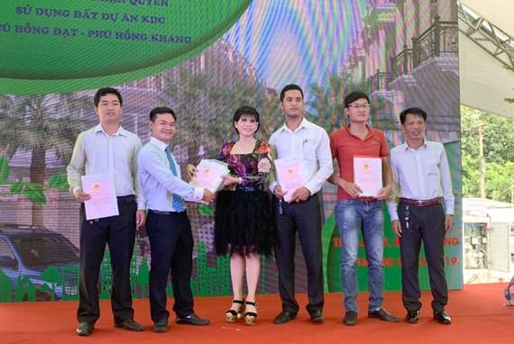 Một số người dân mua đất dự án đã được nhận sổ chuyển quyền sử dụng đất.