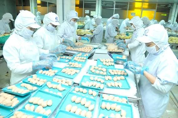 Chế biến thực phẩm ở doanh nghiệp Hàn Quốc tại TPHCM. Ảnh: CAO THĂNG