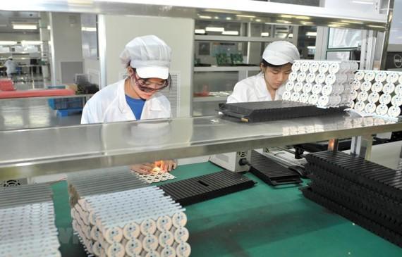 Công nhân làm việc trong một nhà máy ở Chiết Giang của Trung Quốc. (Ảnh: THX/TTXVN)