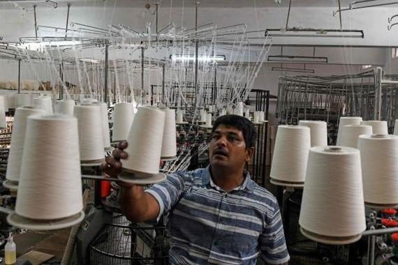 Công nhân làm việc tại một nhà máy ở Ấn Độ. (Nguồn: wsj.com)