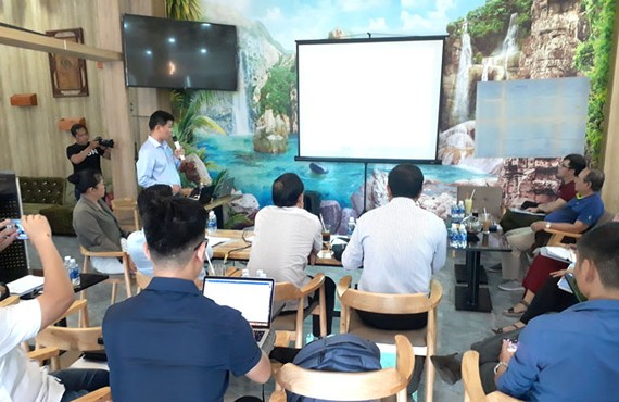Ông Lê Nghĩa (đứng) trình bày với phóng viên về những tố cáo liên quan đến cá nhân.