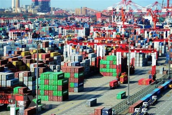Hàng hóa được xếp tại cảng ở Thanh Đảo, Sơn Đông, Trung Quốc. (Nguồn: AFP/TTXVN)