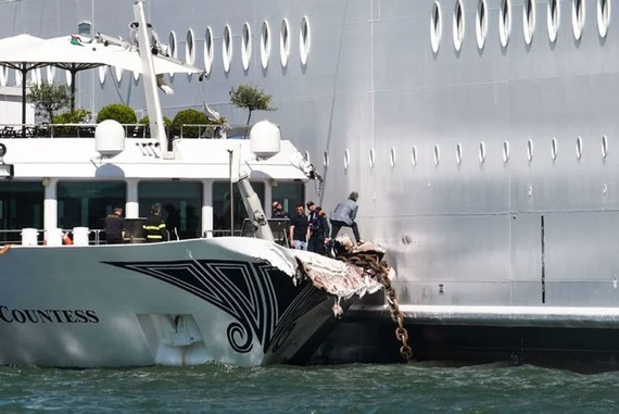 Tàu MSC Opera mất lái đâm vào cảng tại Venice, Ý. Hình ảnh: Andrea Pattaro/ AFP/Getty Images)
