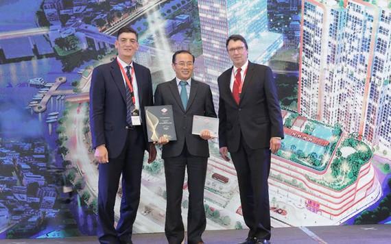 Ông Phùng Chu Cường – Tổng giám đốc Phú Long lên nhận giải.