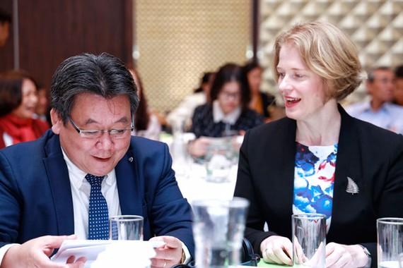 Đại sứ New Zealand tại Việt Nam WendyMatthews trao đổi với đại diện Bộ Nông nghiệp và Phát triển nông thôn Việt Nam tại hội thảo