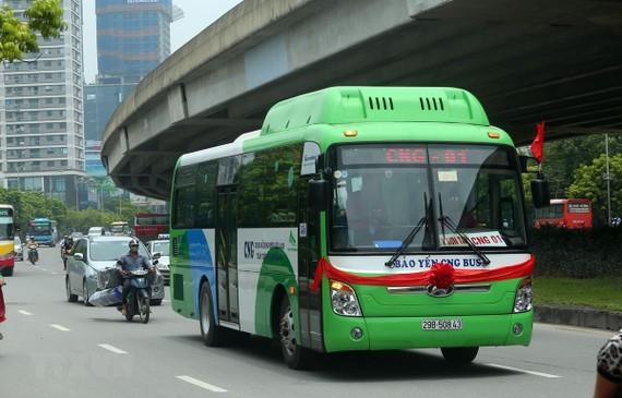 Xe buýt sử dụng khí CNG di chuyển trên đường. (Ảnh: Huy Hùng/TTXVN)