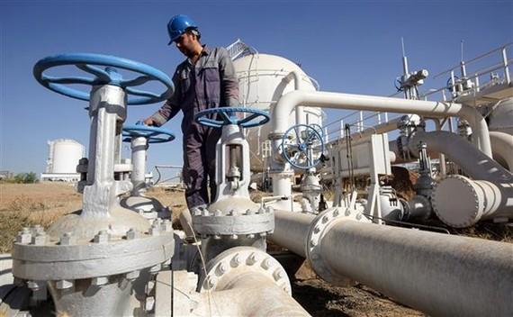 Một cơ sở khai thác dầu tại thành phố Kirkuk, miền bắc Iraq. (Ảnh: AFP/ TTXVN)
