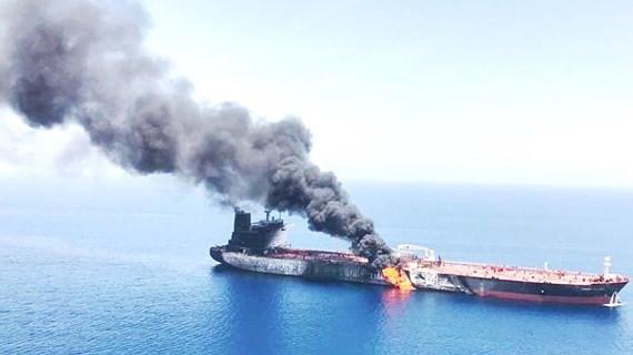 Một chiếc tàu cháy trong vụ việc được cho là bị tấn công tại Vịnh Oman