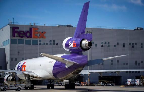 Máy bay chở hàng của công ty chuyển phát nhanh FedEx tại sân bay Roissy-Charles de Gaulle ở Paris, Pháp. (Ảnh: AFP/TTXVN)