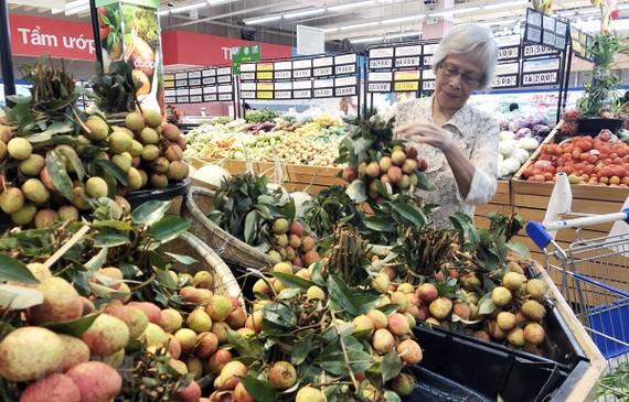 Người tiêu dùng Tp. Hồ Chí Minh mua vải thiều Lục Ngạn, Bắc Giang tại Co.opmart Huỳnh Tấn Phát, Quận 7. (Ảnh: Mỹ Phương/TTXVN)