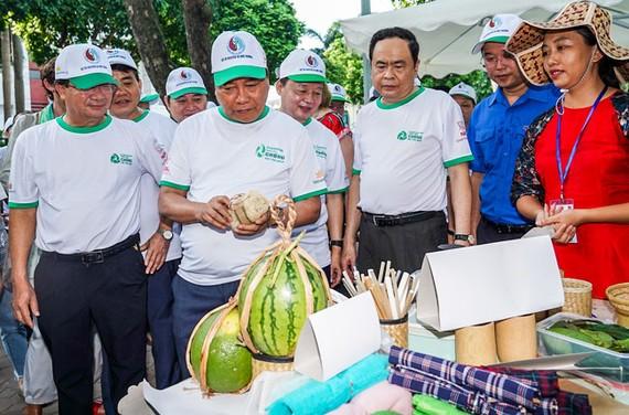Thủ tướng Nguyễn Xuân Phúc tham quan các sản phẩm thân thiện với môi trường.