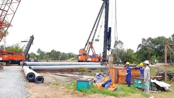 Trên công trường thi công gói thầu XL-06 Dự án xây dựng cao tốc Trung Lương - Mỹ Thuận. Ảnh: TTXVN
