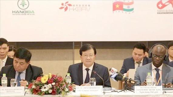 Phó Thủ tướng Trịnh Đình Dũng dự và phát biểu tại Diễn đàn Doanh nghiệp Việt Nam giữa kỳ năm 2019. Ảnh: TTXVN