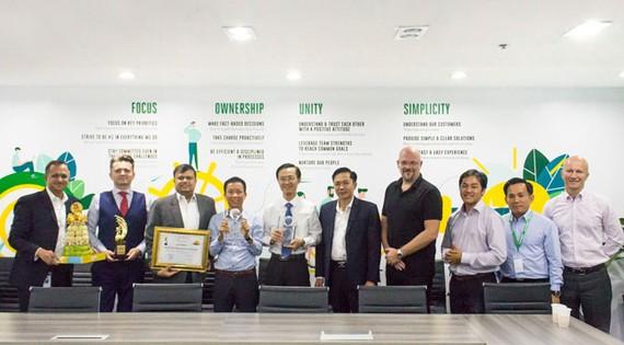 Đại diện FE CREDIT nhận 2 giải thưởng của tạp chí Global Banking & Finance.