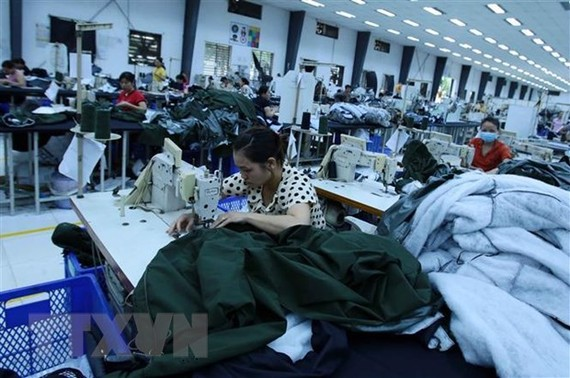 Công nhân sản xuất các mặt hàng may mặc xuất khẩu tại Công ty trách nhiệm hữu hạn Kydo Việt Nam (Khu Công nghiệp Phố nối A, Hưng Yên). (Ảnh: Phạm Kiên/TTXVN)