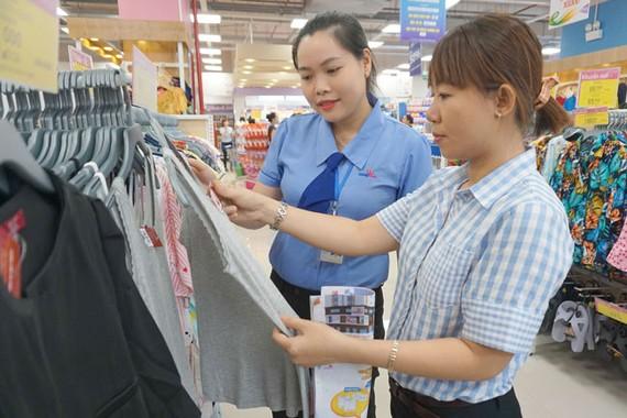 Khách chọn mua quần áo do doanh nghiệp Việt sản xuất tại siêu thị BigC Gò Vấp, TPHCM. Ảnh: THI HỒNG