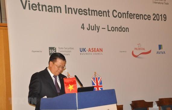Bộ trưởng Bộ Tài chính Đinh Tiến Dũng phát biểu tại hội nghị. Ảnh: Đình Thư/TTXVN)