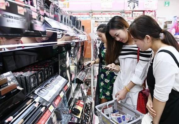 Một khách du lịch nước ngoài tìm kiếm các sản phẩm tại một nhà thuốc ở Matsumoto Kiyoshi ở phường Taito của Tokyo. (Nguồn: nikkei)