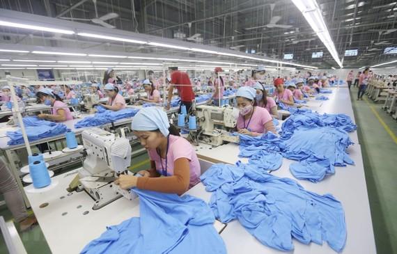 Dây chuyền sản xuất hàng may mặc xuất khẩu tại khu công nghiệp Tam Thăng (Quảng Nam). (Ảnh: Danh Lam/TTXVN)