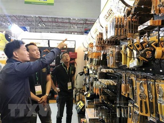 Nhiều sản phẩm công nghiệp hỗ trợ thu hút khách tham quan. (Ảnh: Mỹ Phương/TTXVN)