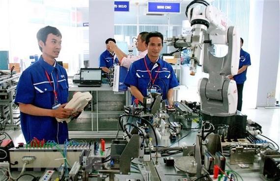 Xưởng thực hành tự động hóa với nhiều robot hiện đại tại Khu công nghệ cao Thành phố Hồ Chí Minh góp phần đào tạo nhân lực chất lượng cao cho Thành phố cũng như cả nước. (Ảnh: Tiến Lực/TTXVN)