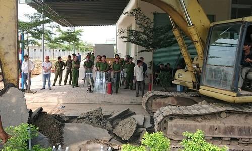 Cảnh sát được huy động bảo vệ việc cưỡng chế khu đất công ty Alibaba rao bán.