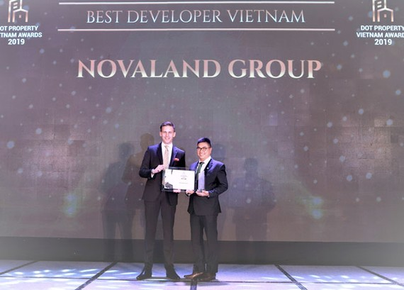 Đại diện Novaland Group nhận giải Best Developer Vietnam tại Dot Property Awards 2019.