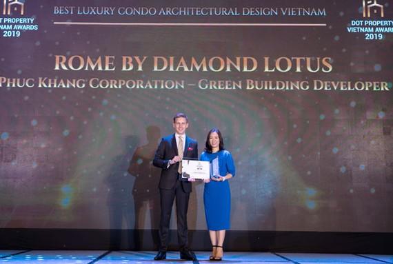 Bà Lê Thị Hồng Na – GĐ Trung tâm Nghiên cứu & Phát triển Phuc Khang Corporation nhận giải thưởng Dự án căn hộ hạng sang có kiến trúc đẹp nhất cho dự án Rome by Diamond Lotus
