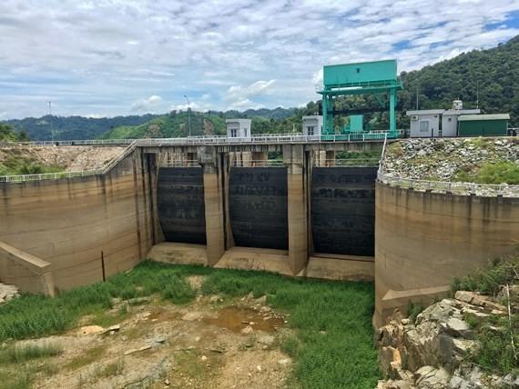 Cửa tràn thủy điện Buôn Tua Srah được xây dựng trên sông KRông Nô - nhánh chính của sông Srepốk, thuộc địa phận các xã Nam Ka (huyện Lắk, tỉnh Đắk Lắk) và xã Quảng Phú (huyện Rông Nô, tỉnh Đắk Nông) khô khốc nước. Ảnh do EVN cung cấp