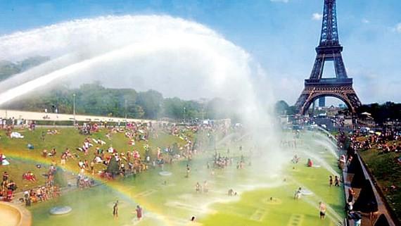 Người Pháp tránh nắng nóng ở quảng trường Trocadéro ở thủ đô Paris